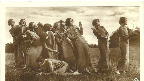 LENI RIEFENSTAHL DEBUTANTE 1925.SHE IS ON THE PIC.