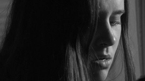Web del cortometraje: http://www.marcnadal.com/piel-suave-ojos-violentos  Director y guión / Direction and Script:  Marc Nadal. Reparto / Cast:  Olga Tarrés y Júlia Ferré Merino. Ayudante de Fotografía:  Pep Salvador y Sergi Merchan.  Script: Anna Jiménez.  Ayudante de cámara: Bruna Ruiz. Año / Year: 2016 Duración / Runtime: 7 min País / Country: España. Formato /Format original: 4K 16:9 Sonido: Stereo / Dolby digital. Color: B/N Género / Gender: Drama. Terror. Lésbico. Productor / Producer: Manantial Films. distribucion@manantialfilms.com  FORMATO PROYECCIÃ